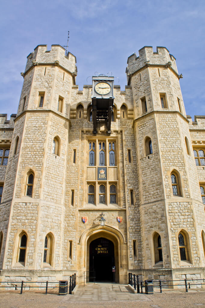 Tower of London Tour Review - Meeting the Ravenmaster & Ceremony of the Keys || The Travel Tester